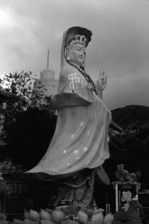 BW China Hong Kong Repulse Bay Kwun Yam Statue 1970s von blackwhitephotos