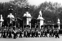 BW UK England London Changing guard Buckingham palace gates 1970s by blackwhitephotos
