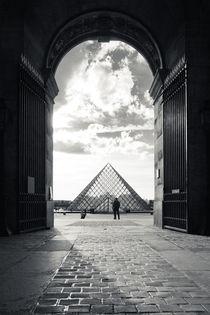 Louvre pyramid von Daniel Zrno
