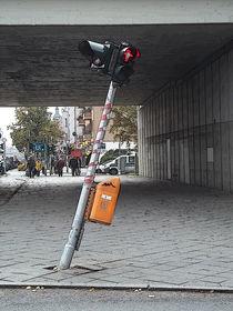 ...es steht eine krumme Ampel einsam am Straßenrand... von techdog