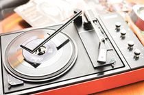 Seventies-turntable-with-12-percent-22-singles-tm