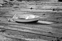 Dinghy at Low Tide von Louise Heusinkveld