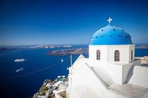 Santorin, Griechenland: Weiße Kirche mit blauer Kuppel von Björn Kindler