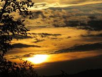 wolkenspiel beim sonnen untergang by elfriede zitas
