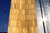 Fassade mit Sonnenspiegelung by Johannes Lerch