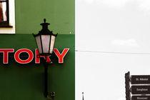 Nostalgische Lampe vor grüner Hausfassade  von Bastian  Kienitz