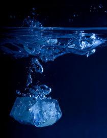 Eiswürfel fallen ins Wasser von Sarah Kastner